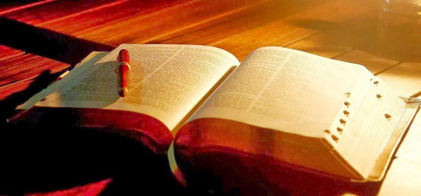 Dezembro - mês em que se comemora o dia da Bíblia (segundo domingo de dezembro)